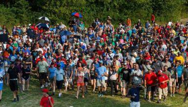 huge-crowd-at-pdga-event